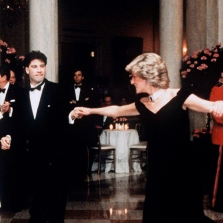 Diana, la principessa del Galles, indossa un abito da sera di Victor Edelstein e balla con l'attore John Travolta alla Casa Bianca durante la sua vita in America, il 9 novembre 1985, a Washington DC. (Foto:  Anwar Hussein/Getty Images News/Getty Images)