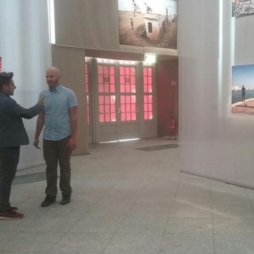 Il gruppo Comunicazione e stampa durante foto e interviste ai visitatori della mostra di Steve McCurry