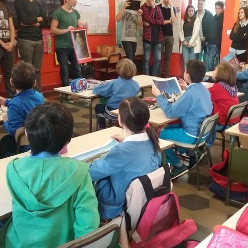 Il gruppo Servizi Educativi con i bambini di una scuola primaria