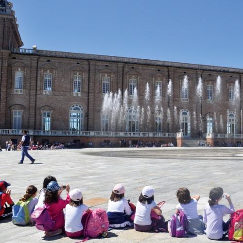 Bambini delle scuole assistono alla spettacolo della Fontana del Cervo