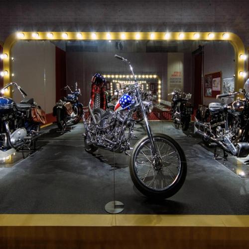 Easy Rider. La mostra. Al centro moto dal film Easy rider
