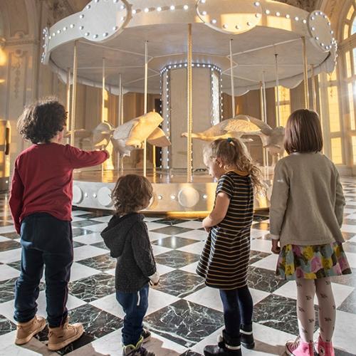 Bambini davanti alla giostra di Nina nella Galleria Grande della Reggia di Venaria - Foto di Tino Gerbaldo
