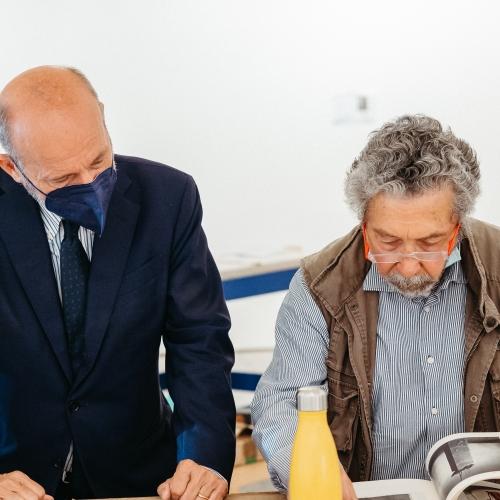Fasi di allestimento della mostra - Il Direttore della Reggia Guido Curto e Luigi Mainolfi