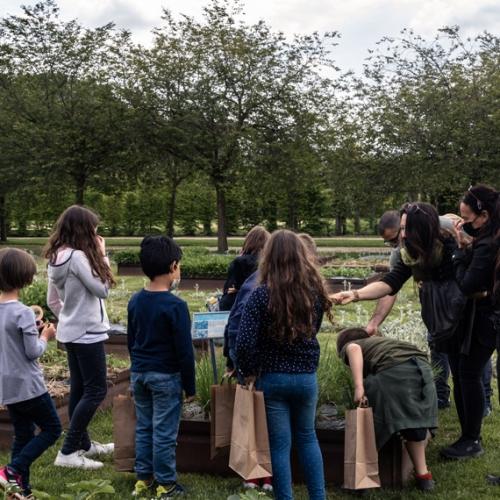 Gruppo di bambini nei Giardini durante il laboratorio
