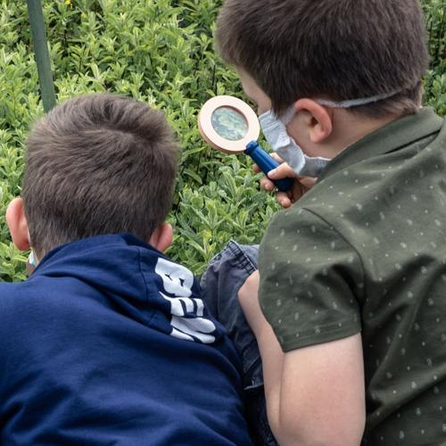 Bambini con lente di ingrandimento
