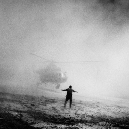 Elicottero utilizzato dalle truppe antidroga afghane e statunitensi. Afghanistan, 2006. ©Paolo Pellegrin/Magnum Photos