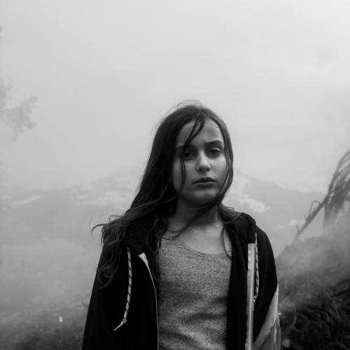 Luna, 10 anni, ritratta durante il periodo di quarantena in famiglia. Svizzera, 2020. ©Paolo Pellegrin/Magnum Photos