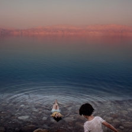 Ragazze palestinesi si bagnano nelle acque del Mar Morto. Cisgiordania, 2009. ©Paolo Pellegrin/Magnum Photos