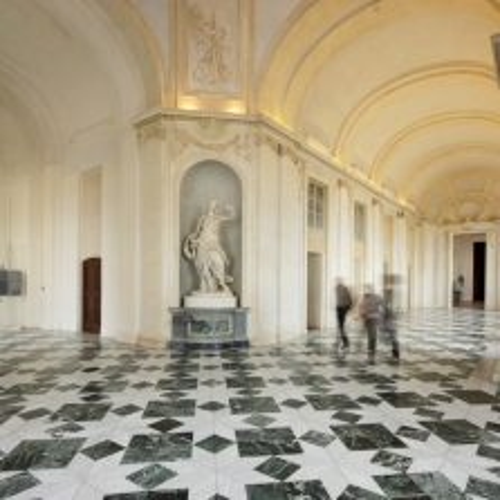 Il Rondò della Galleria piccola con le statue delle Stagioni