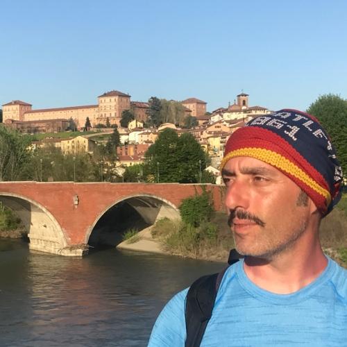 Enrico Brizzi con il Castello di Moncalieri alle spalle