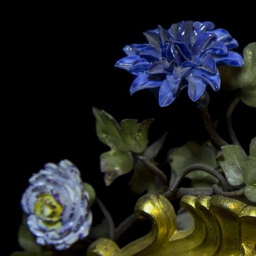 Manifattura francese, Orologio, figure in porcellana di Meissen montate su bronzo dorato guarnito di fiori in porcellana a pasta tenera di Vincennes, 1750 circa - particolare