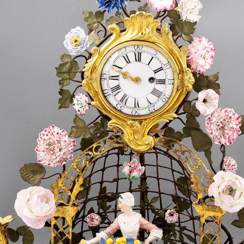 Manifattura francese, Orologio, figure in porcellana di Meissen montate su bronzo dorato guarnito di fiori in porcellana a pasta tenera di Vincennes, 1750 circa,  cm 41 x 40 x 29, particolare. Torino, Museo di Arti Decorative Accorsi-Ometto, in comodato alla Reggia di Venaria