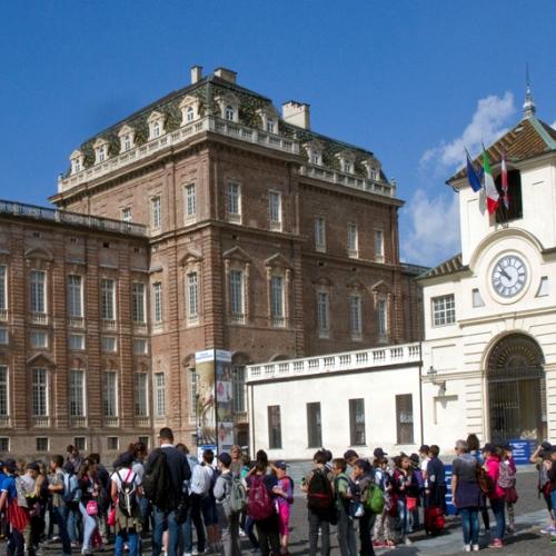 Ragazzi delle scuole in piazza della Repubblica antistante la Reggia