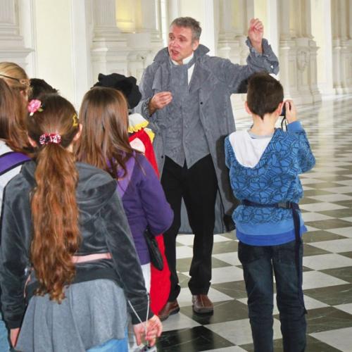 Studenti nella Galleria Grande durante una visita guidata