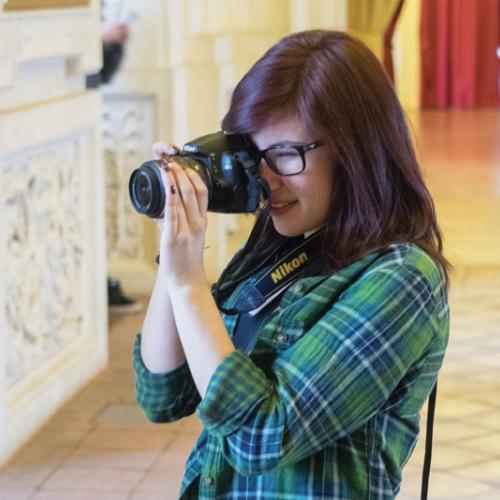 Studentessa fotografa durante una visita didattica della Reggia
